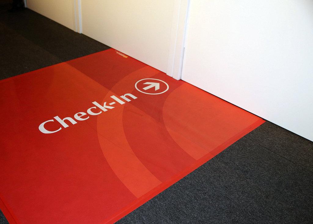 Check In Bodendisplay Kundenstopper