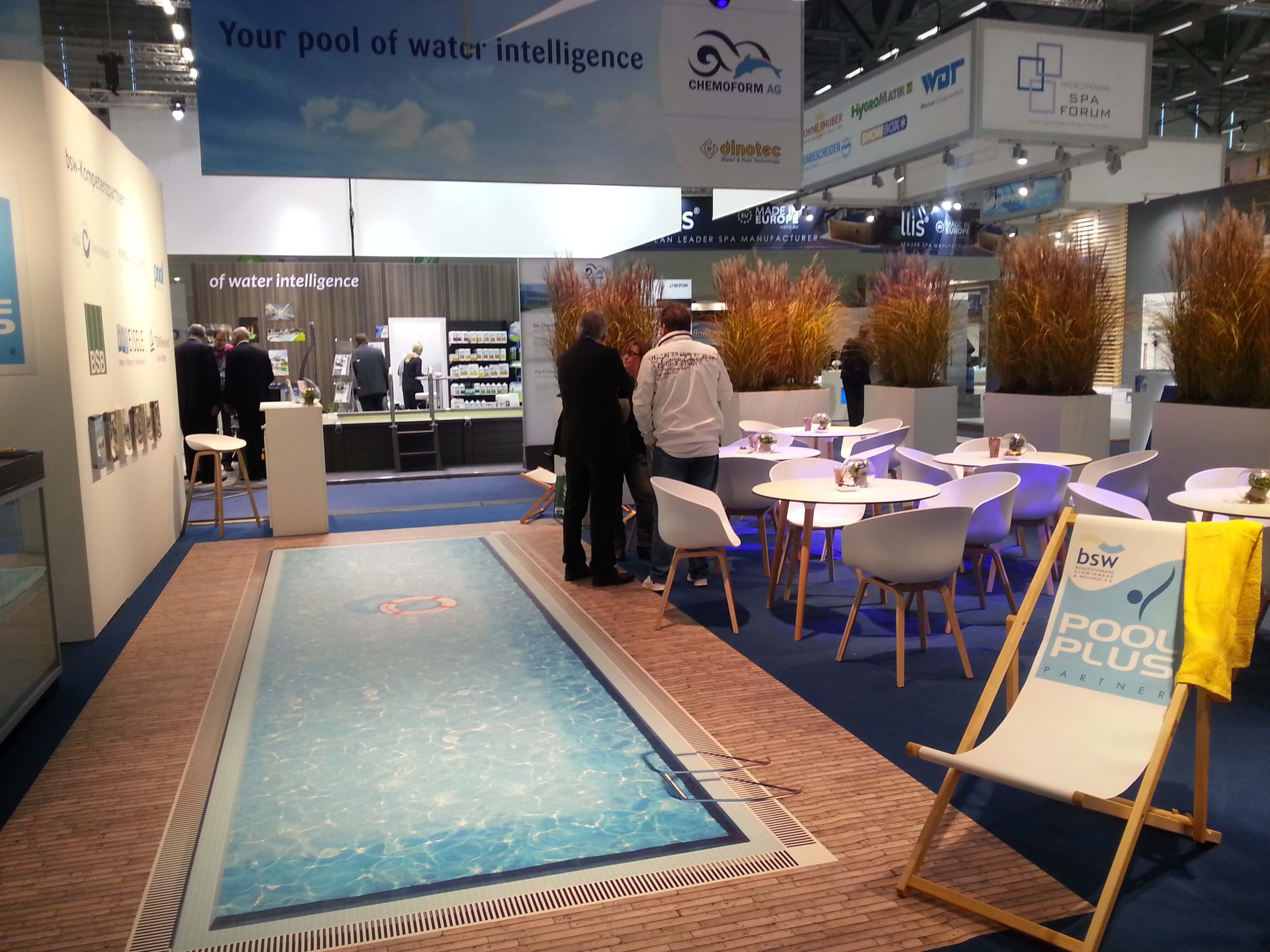 Die Ideale Messeattraktion: Messestand Mit Einem Pool