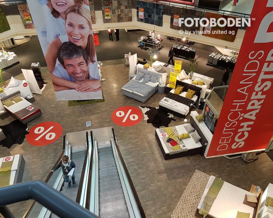 FOTOBODEN™ Möbelhaus Bodendisplay Kundenstopper