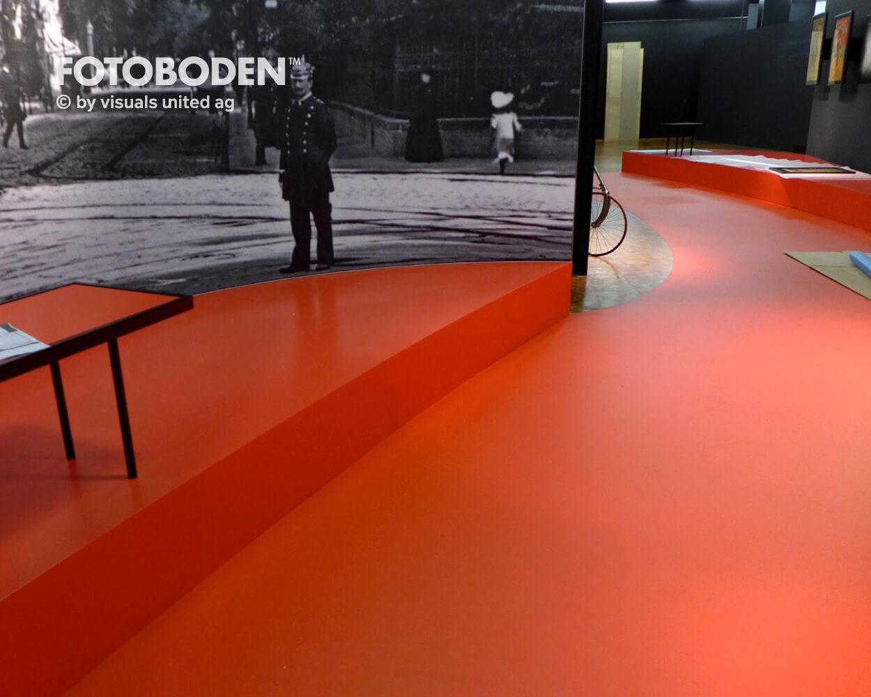 Fahrrad4 Ausstellung Museum  Raumkonzept Stimmung Museumsboden Ausstellungsboden Fotoboden Vinylboden Flooring Individuell Event