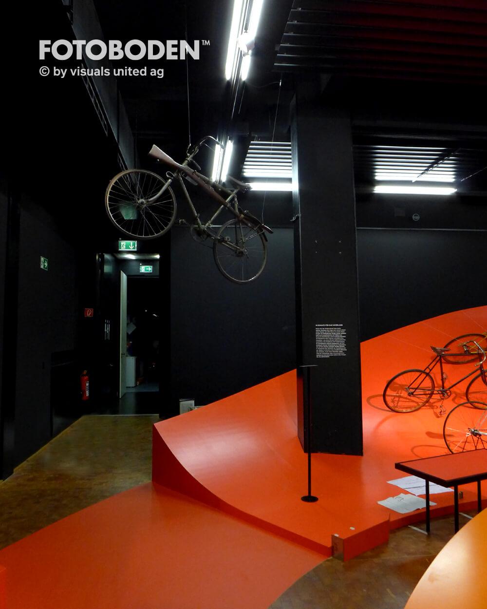 Fahrrad 1Ausstellung Museum  Raumkonzept Stimmung Museumsboden Ausstellungsboden Fotoboden Vinylboden Flooring Individuell Event
