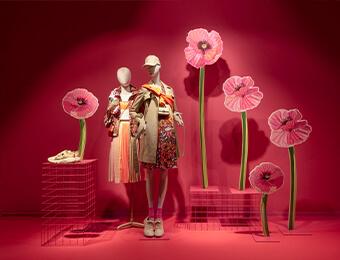 Schaufenster Mit FOTOBODEN™ Ton In Ton. Pinker Boden, Pinke Wand Und Pinke Blumen.