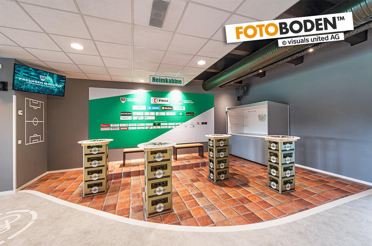 Heimkabine in der VIP Tribüne im Preussen Stadion mit FOTOBODEN™ in Objektqualität ausgestattet. Fahrradweg und Kopfsteinpflaster wurden individuell auf den Vinylboden gedruckt.