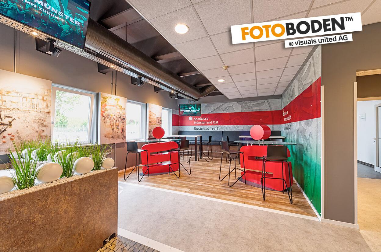 VIP Tribüne im Preussen Stadion mit FOTOBODEN™ in Objektqualität ausgestattet. Fahrradweg und Kopfsteinpflaster wurden individuell auf den Vinylboden gedruckt. Sparkasse, Lounge, Logo, Business Treff