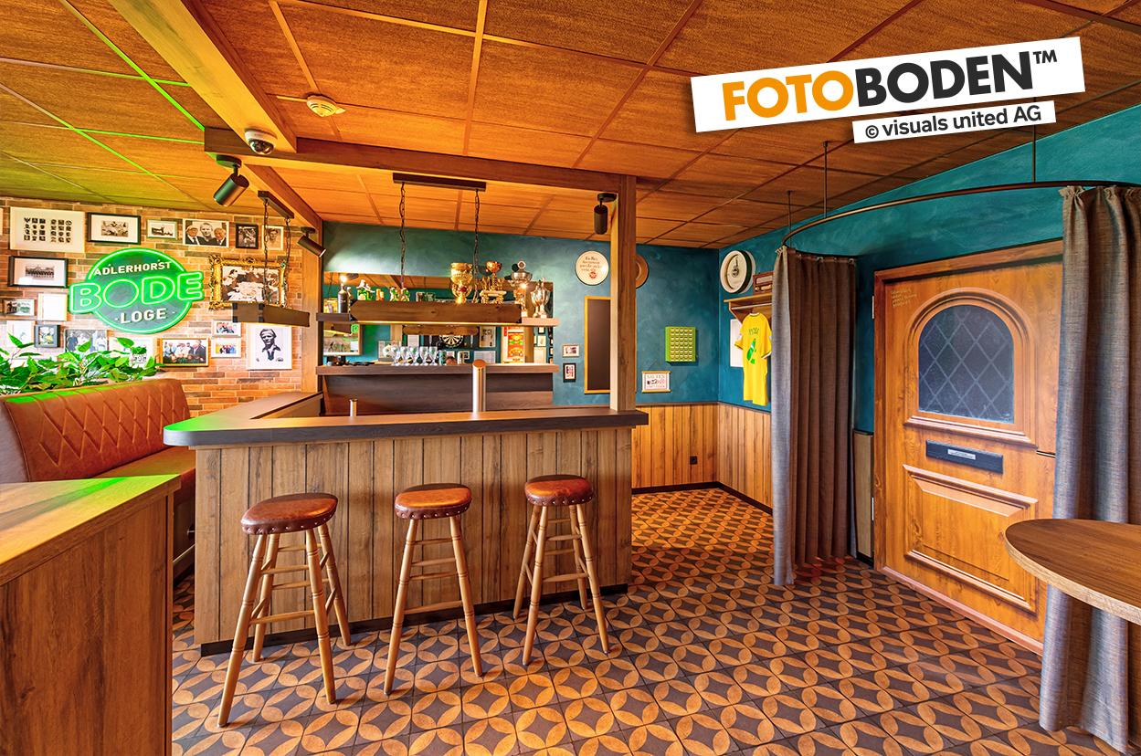 FOTOBODEN™ - Individuell bedruckter Vinylboden, bedruckt mit goldenen antiken Betonfliesen in einer Bar.