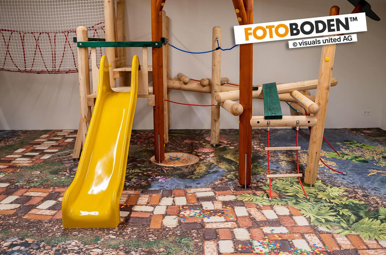 Indoor Spielplatz mit individuell bedrucktem FOTOBODEN™ im Märchenwald-Design auf dem Euroflex Fallschutzsystem von Kraiburg.